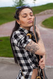 妇女拥抱一只冰鞋 免版税图库摄影