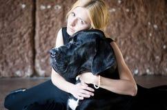 妇女拥抱一条大狗 库存照片