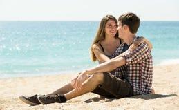 妇女拥抱和谈话与一个年轻人 库存图片