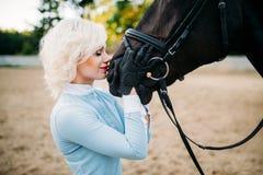 妇女拥抱她的马,友谊,马术 免版税库存照片