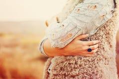 妇女拥抱自己手,在手指的圆环 库存照片