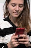 妇女拨在您的电话的一个电话号码 库存照片