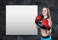 妇女拳击手和海报 免版税图库摄影
