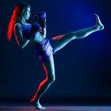 妇女拳击手拳击 免版税库存照片