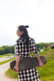 妇女拿着一只冰鞋 图库摄影