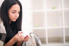 妇女拿着一杯咖啡的` s手 一个美好的冬天ma 库存照片