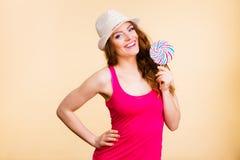 妇女拿着五颜六色的棒棒糖糖果手中 库存图片