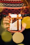 妇女拿着圣诞节礼物 库存照片