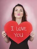 妇女拿着大红色心脏我爱你在她的手上 库存照片