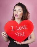 妇女拿着大红色心脏我爱你在她的手上 免版税图库摄影