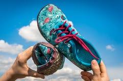 妇女拿着有灵活的脚底的赤足鞋子 免版税库存照片