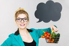 妇女拿着有菜的购物车,拷贝空间 免版税图库摄影