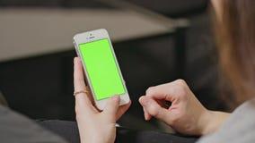 妇女拿着有蓝色屏幕的智能手机 股票视频