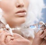 妇女拿着的水晶宝石特写镜头照片 免版税库存图片