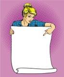 妇女拿着空白的白皮书海报 流行艺术可笑的减速火箭的样式传染媒介例证 投入您自己的文本模板 向量例证