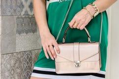 妇女拿着精美灰棕色一台小时髦的袋子传动器  库存照片