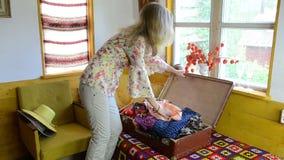 妇女挂衣架布料导电线 影视素材