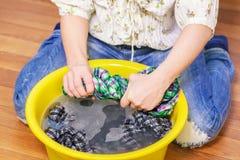妇女挤压湿衣裳 库存图片