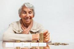 妇女挽救金钱或预算 库存图片