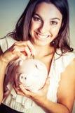 妇女挽救金钱 免版税库存照片