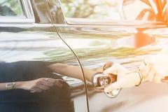 妇女捉住汽车钥匙, 库存图片