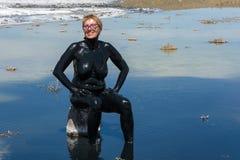 妇女接受在湖Baskunchak的治病的泥浴 库存图片