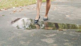 妇女接触与一只脚的水坑 股票视频