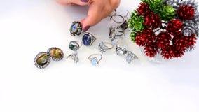 妇女接触首饰由珍贵和碱金属、玻璃、装饰石头、黄玉和月长石,智能手机制成 影视素材