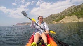 妇女控制皮船的运动 影视素材