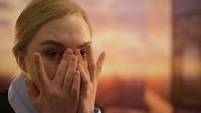 妇女掩藏的面孔在手上,冲击与坏消息,绝望地哭泣,特写镜头 股票视频