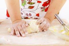 妇女揉的面团 免版税库存图片