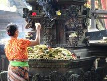 妇女提供在tempel 免版税库存照片
