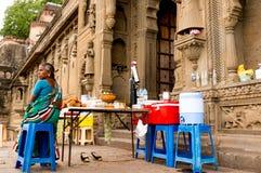 妇女提供的寒冷饮料和快餐在堡垒 图库摄影