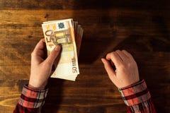 妇女提供的金钱贷款在欧洲货币钞票 免版税库存照片