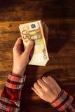 妇女提供的金钱贷款在欧洲货币钞票 免版税库存图片