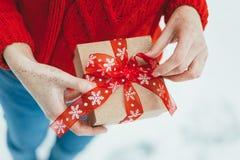 妇女提出一项圣诞节礼物 免版税库存图片