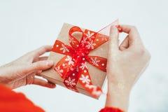 妇女提出一项圣诞节礼物 免版税库存照片