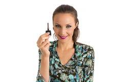 妇女提出汽车钥匙 她白肤金发和美丽 免版税图库摄影