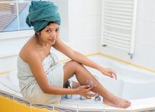妇女提取乳脂她的腿 免版税库存图片
