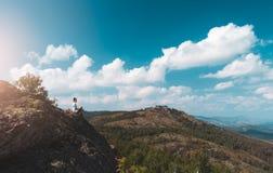 妇女摄影师拍一个山风景的照片在照相机的 免版税库存图片