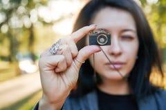 妇女摄影师,拍在她的首饰照相机的照片在日落 图库摄影