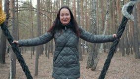 妇女摇摆自然休闲摇动Parkland区域 影视素材