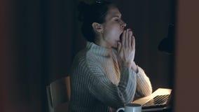 妇女摩擦的疲乏的眼睛 玻璃、眼力或者视觉的问题 股票录像