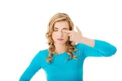 妇女摩擦眼睛的画象 免版税库存照片