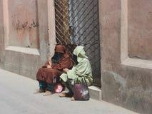 妇女摩洛哥休息在做购买以后 库存照片