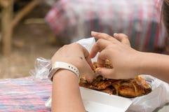 妇女撕毁午餐的烤鸡 免版税库存照片