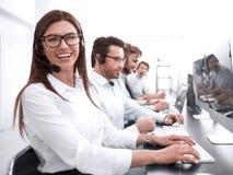 妇女操作员在工作场所在电话中心 免版税图库摄影