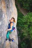 妇女攀登岩石 免版税库存图片