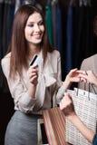 妇女支付与信用卡采购 库存图片