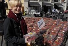 妇女支付草莓由MOBILPAY 库存图片
